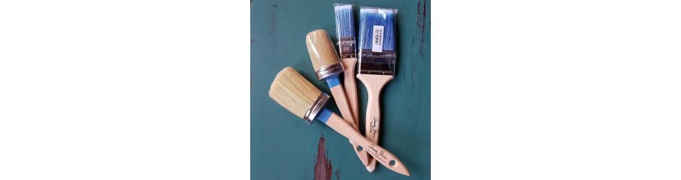 Pensler, malerruller og sandpapir